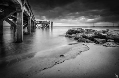 Photo de Arcachon - La jetée d'Eyrac en noir et blanc